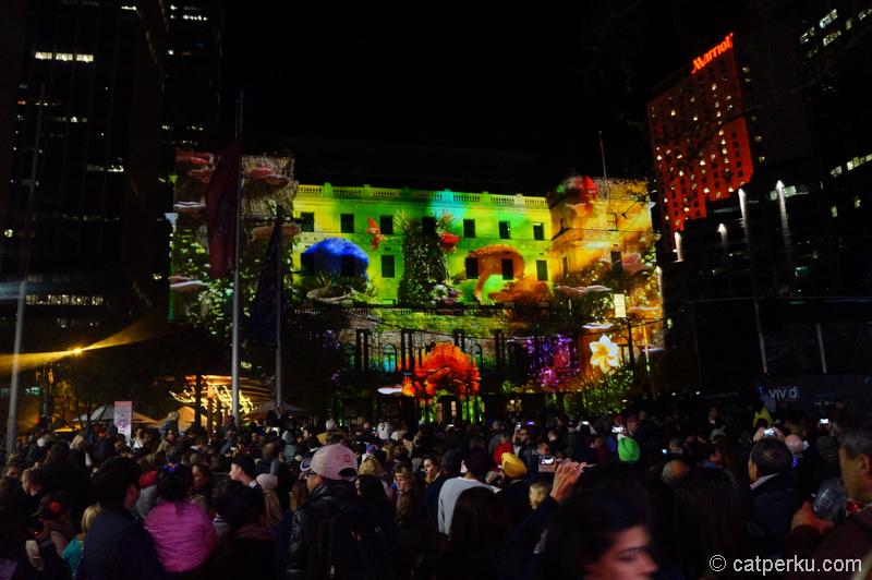 Sydney Custom House ketika acara vivid berlangsung, dimanfaatkan sebagai layar raksasa :D
