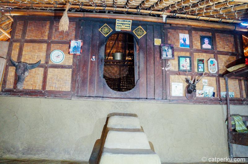 Foto bagian dalam 'Bale' atau rumah adat di Desa Sade