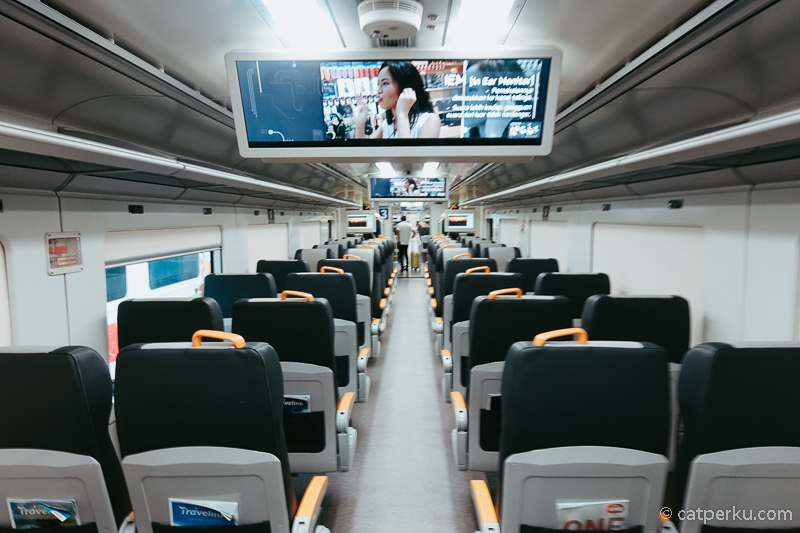 Foto bagian dalam dari Kereta Api Bandara Jakarta untuk rute ke Soekarno Hatta.