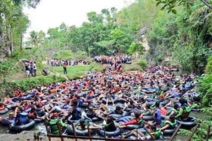 Goa Pindul kelebihan muatan ( Foto oleh : Arif Sulistyo / @kenalidirimu )