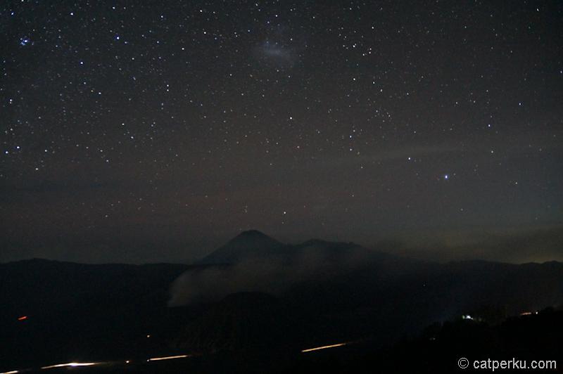 Gunung Bromo dengan latar belakang ribuan bintang di langit