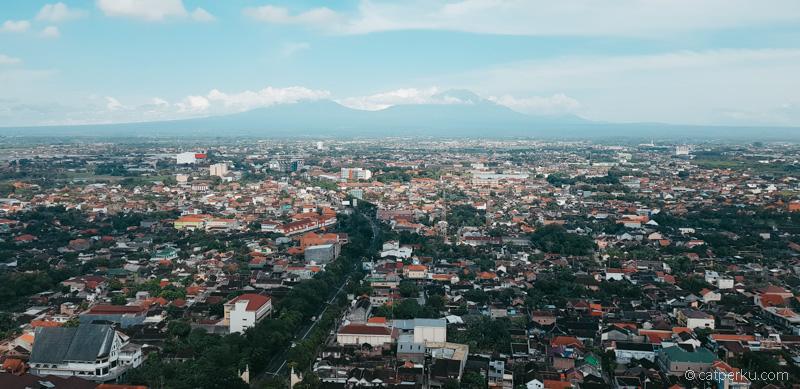 Gunung Merapi dan Gunung Merbabu terlihat dari lantai 30 Alila Solo.