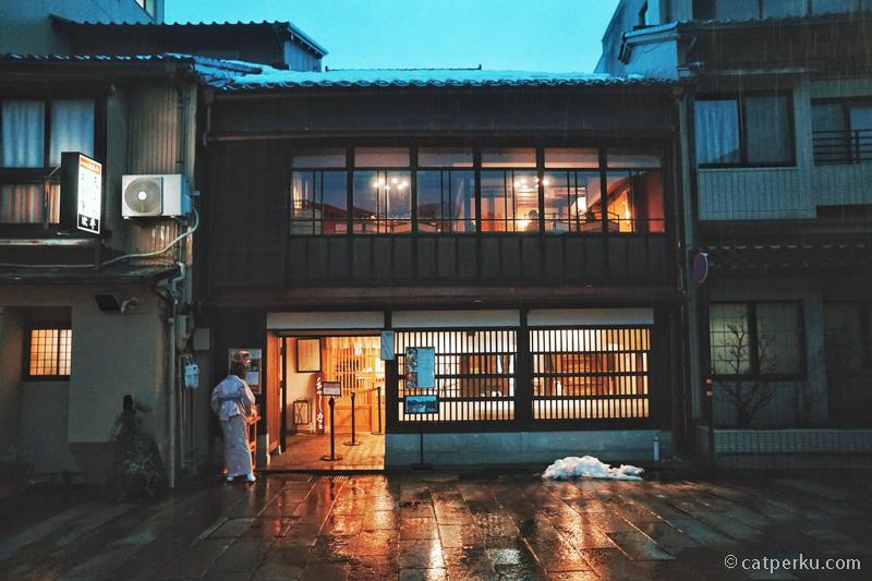 Higashi Chaya ini mirip seperti Nishi Chaya District, tetapi lebih besar, luas dan menarik