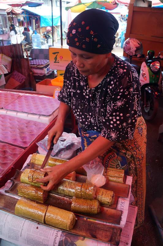 Ibu si penjual Lemang di Padang.