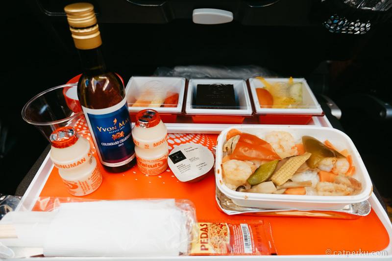 Inflight meal Japan Airlines waktu terbang dari Jakarta ke Narita Tokyo. Boleh minta wine juga~