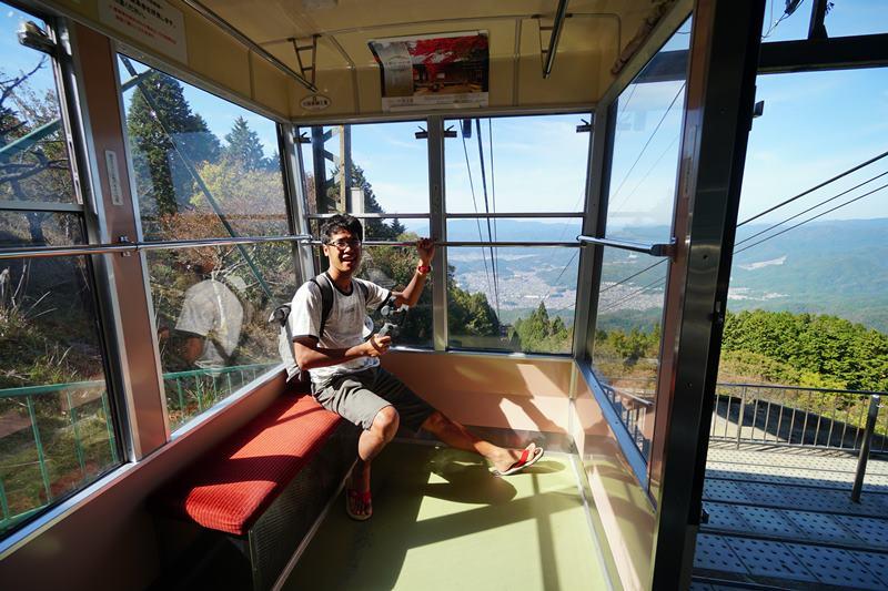 Ini saya lagi naik ropeway di Hieizan atau Gunung Hiei! Pemandangannya cakep dari sini!