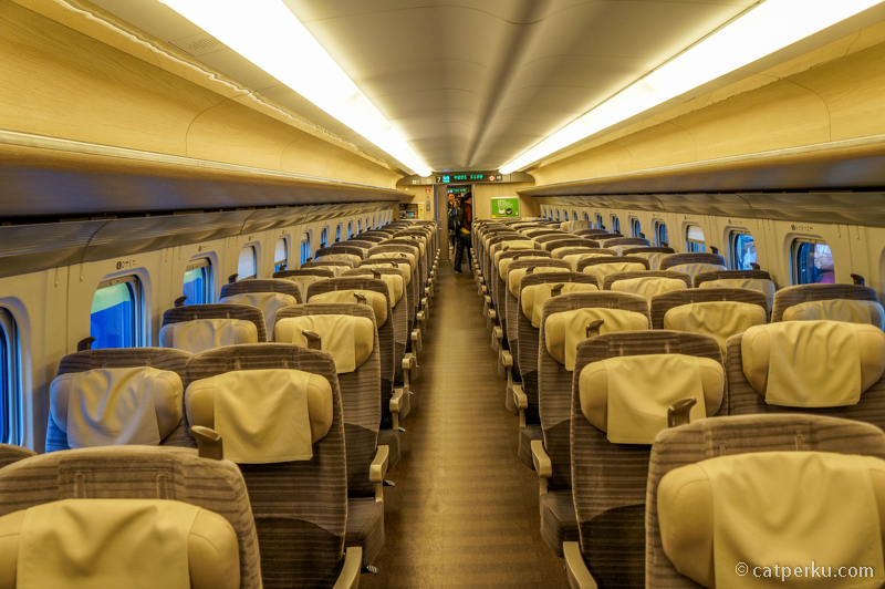 Interior Shinkansen yang berkelas seperti pesawat terbang.