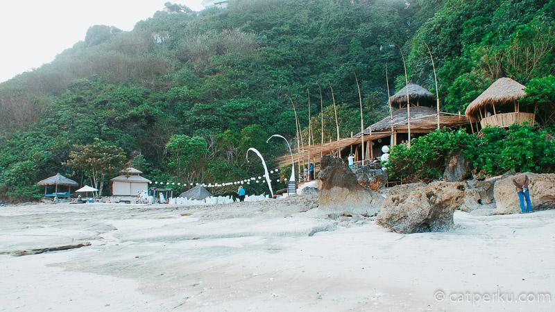 Jadi selain bermain ke pantai, kamu bisa mampir ke Beach Club di tepi Pantai Karma Kandara ini ya!