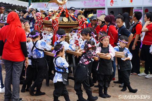 Anak - anak kecil yang mengusung omikoshi Dan Dashi di acara Jak-Japan Matsuri 2013.