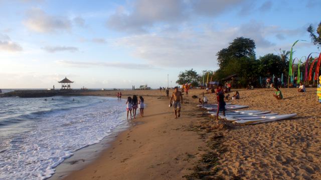 Jalan ringan menyusuri Pantai Sanur juga asik kok :D