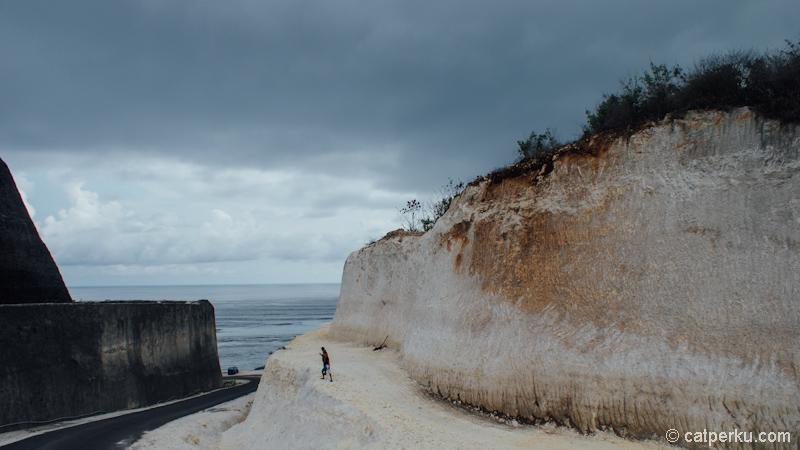 Jalanan menuju Pantai Pandawa Bali.