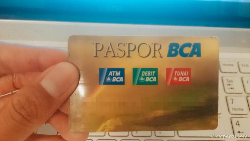 Jaman sekarang traveling itu enak, bisa ambil uang di ATM pake debit seperti ini. Liburan ke Kuala Lumpur juga bisa dipake ini kartu.