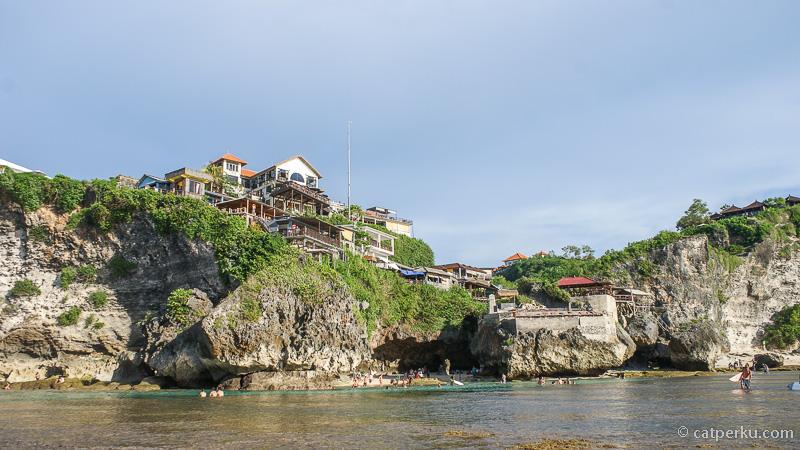 Jika tidak ingin turun ke bawah, bisa bersantai di cafe-cafe yang ada diatas Pantai Suluban Beach!