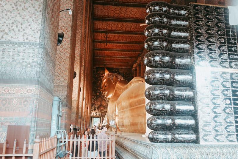 Kalau mau lihat reclining Buddha di Thailand, mampir saja ke Wat Pho