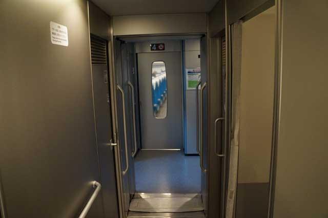 Kalau yang ini lorong antara kamar kecil dan bagian gerbong Shinkansen.