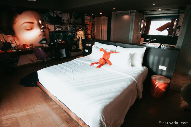 Kamar tipe deluxe Dash Hotel Seminyak ini sangat lega!