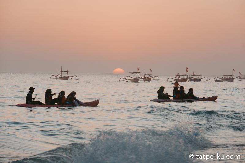Kamu mau menikmati sunset Pandawa Beach ini sambil main kano.