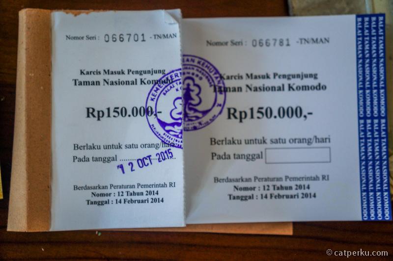 Karcis Masuk Pengunjung Taman Nasional Komodo IDR 150.000 (Sepertinya ini untuk turis asing deh, makanya agak mahal)