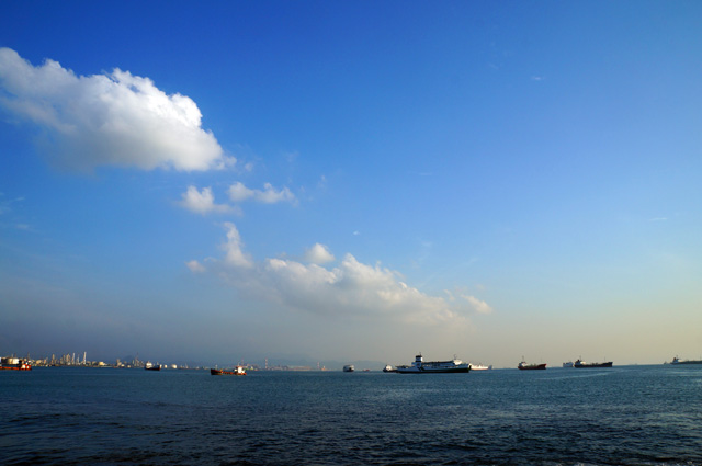 Karena di dekat jalur pelayaran utama, ada banyak kapal besar yang bisa dilihat.
