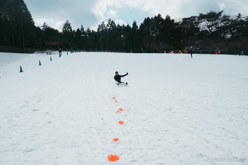 Karena saya tidak bisa Ski atau Snowboarding, jadi main perosotan di salju saja deh.