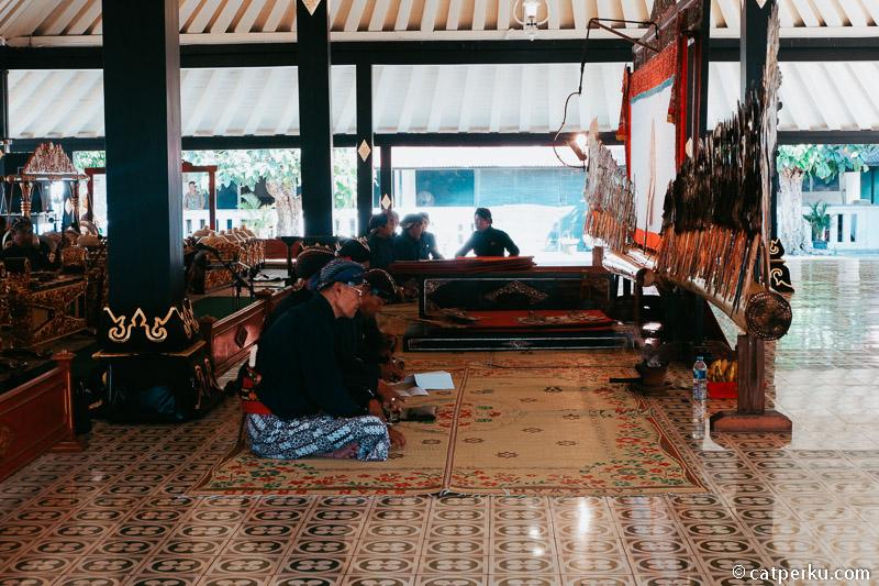 Keraton Jogja adalah tempat wisata populer yang banyak dikunjungi wisatawan.