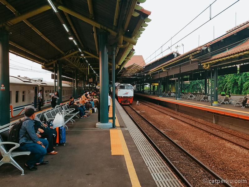 Kereta Api Gajayana Luxury memasuki Stasiun Gambir
