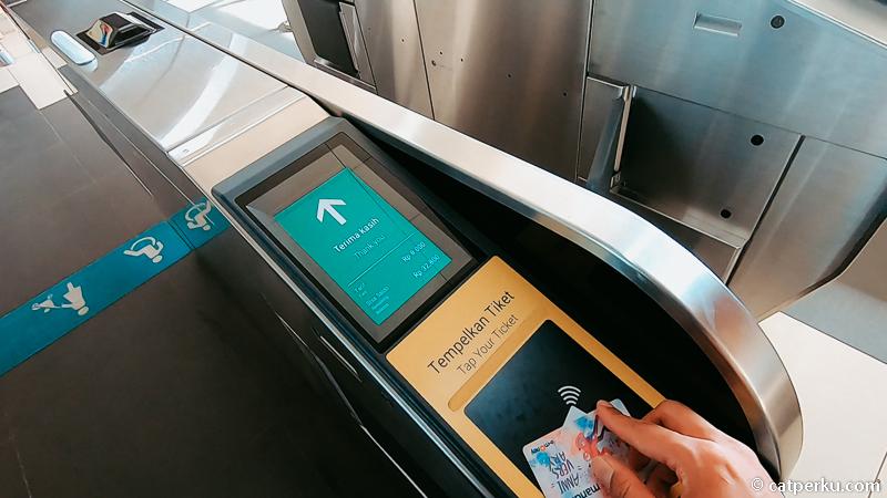 Ketika keluar stasiun MRT jangan lupa tap out lagi! 8000 rupiah dari Stasiun Dukuh Atas ke Stasiun Blok A. Murah atau mahal!?