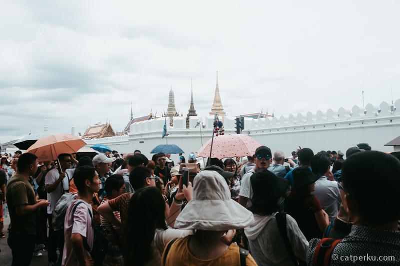 Komplex Royal Grand Palace selalu penuh sesak dengan turis.