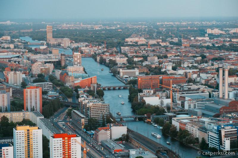 Kota Berlin terlihat dari ketinggian Berlin TV Tower.
