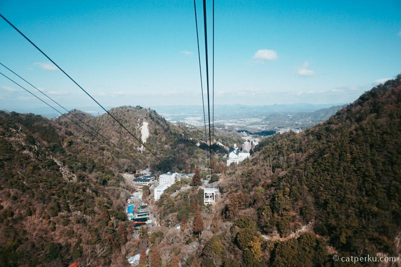 Kota Kobe terlihat dari dalam Rokko Arima Ropeway.