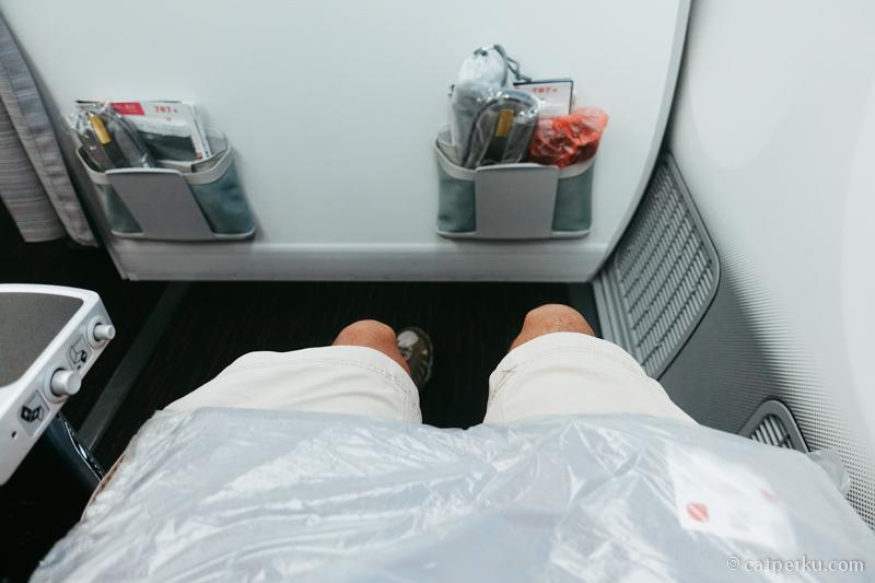 Leg room yang lega ini penyelamat untuk yang kakinya panjang kayak saya
