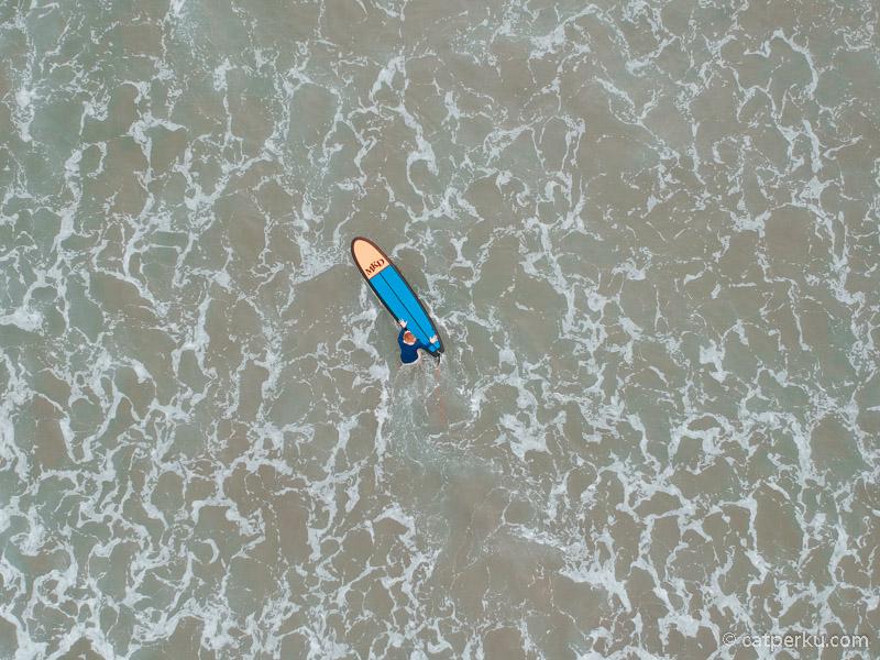 Liburan ke Bali bisa juga surfing di pantainya yang indah itu!