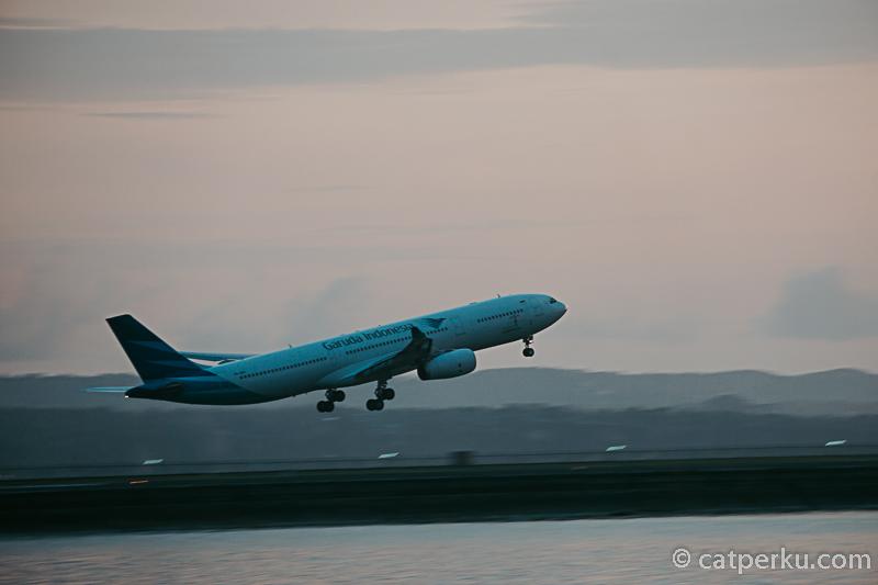 Lokasi Pantai Jerman Bali ini dekat sekali dengan Bandara Ngurah Rai, jadi kamu bisa berburu foto pesawat disini.