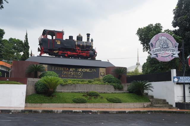 Lokomotif kuno yang ada di dekat kantor pusat kereta api Bandung