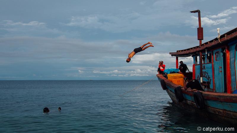 Lompaat! Kapal yang menyeberangkan saya ke Pulau Banyak, sekaligus island hoping ketika disana!