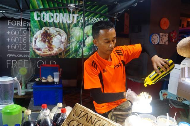Masnya yang di pasar malam yang ada di Johor Bahru dengan cekatan meracik coconut ice cream.