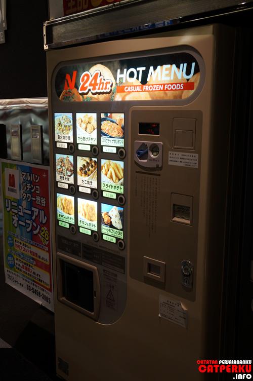 Ada vending machine yang menjual frozen food :D lumayan lah untuk pertolongan pertama pada kelaparan.