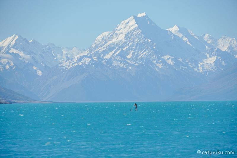 Mau cobain paddle boarding di Danau Pukaki gak?