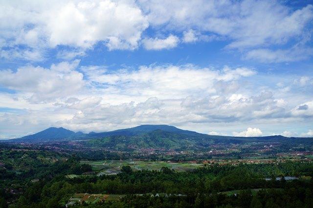 Mau tahu cara menuju Tebing Keraton dengan pemandangan sekitarnya yang cantik seperti ini?