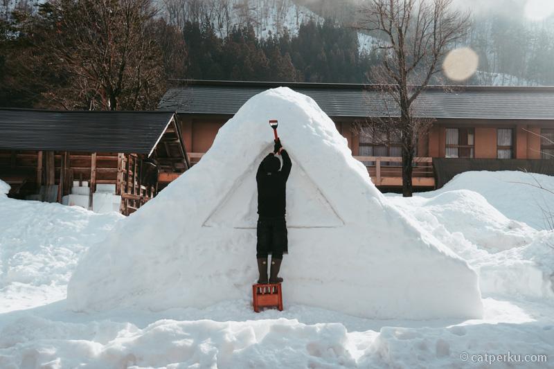 Membuat rumah Gassho-zukuri dari salju.