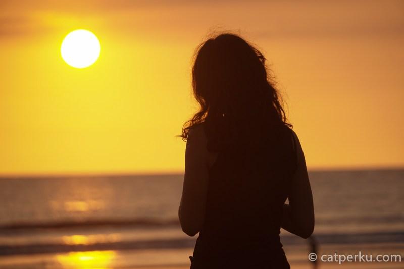 Pastikan kamu tahu dulu sunset di Bali jam berapa, sebelum berburu sunset terbaik Bali yang ada di Pantai Seminyak ini!