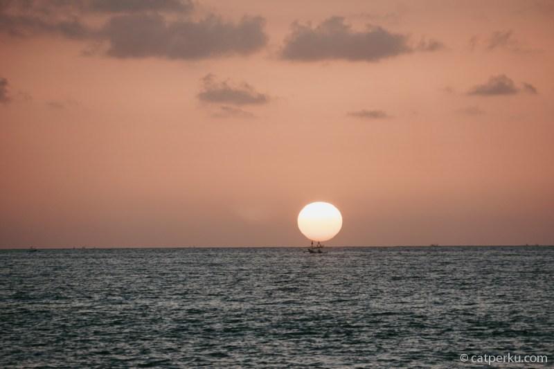 Menikmati sunset adalah kegiatan yang menyenangkan ketika liburan di Bali