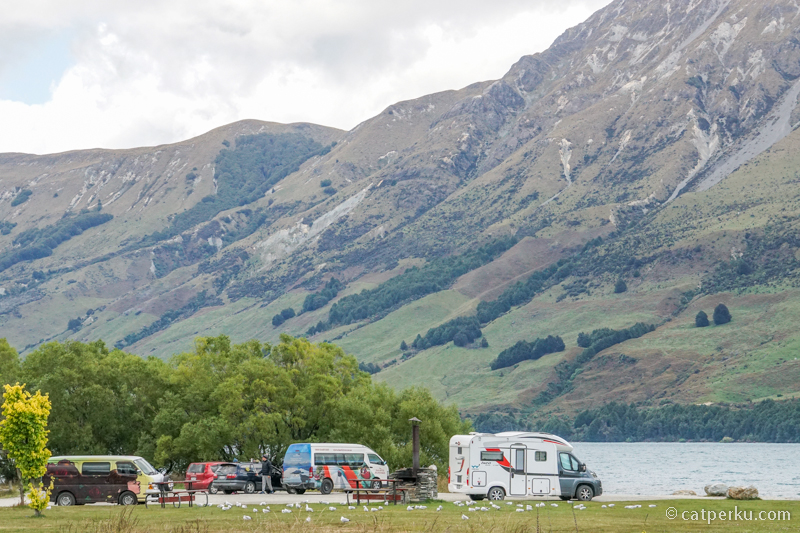 Meskipun kota kecil, banyak pengunjung datang dengan campervan kesini