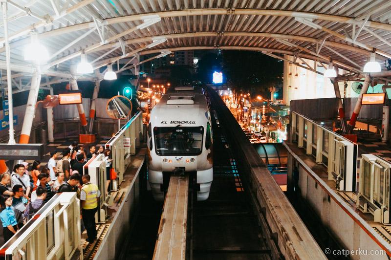 Moda transportasi umum di Kuala Lumpur itu sudah lengkap, seperti monorail ini misalnya.