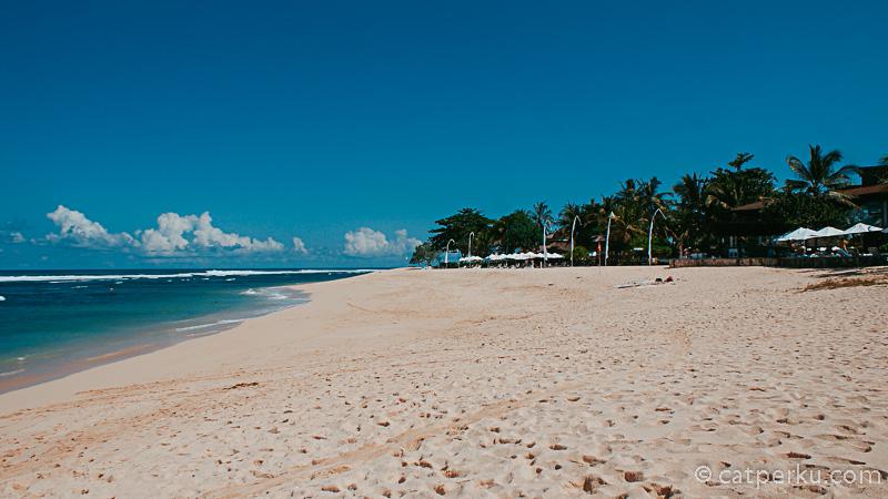 Mulai dari berjemur, bermain pasir hingga berenang di laut bisa dilakukan disini.