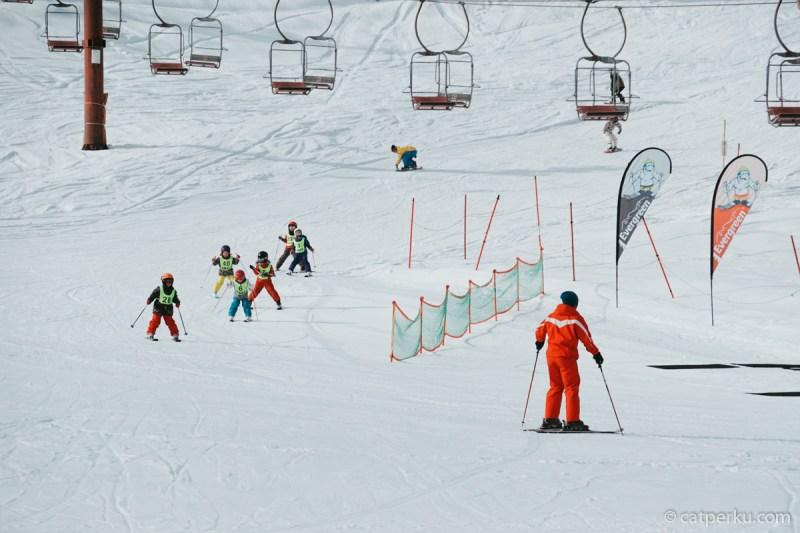 Mulai dari dewasa hingga anak-anak memenuhi Hakuba Valley. Soalnya tempat ini memang dipenuhi banyak ski resort seperti Hakuba Iwatake.