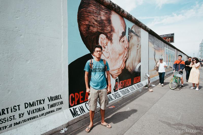 """Mural paling terkenal di seantero dunia! Terkenal dengan sebutan """"The Kiss"""". The Kiss menggambarkan pelukan yang terkenal, yang dikenal sebagai Ciuman Persahabatan Sosialis, antara pemimpin Soviet Leonid Brezhnev dan Presiden Jerman Timur Erich Honecker."""