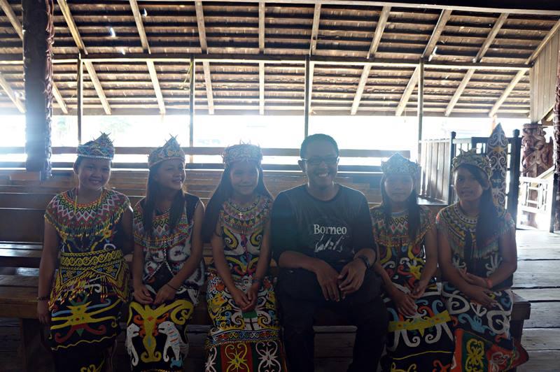 Mz Wiranurmansyah diapit dedek-dedek emesh Suku Dayak Kenyah.