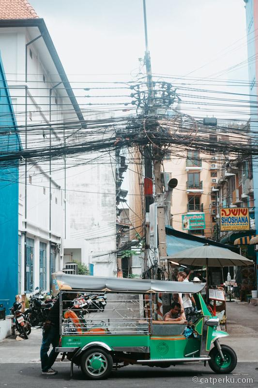 Naik tuk tuk di Bangkok pastikan tau tarifnya dulu.