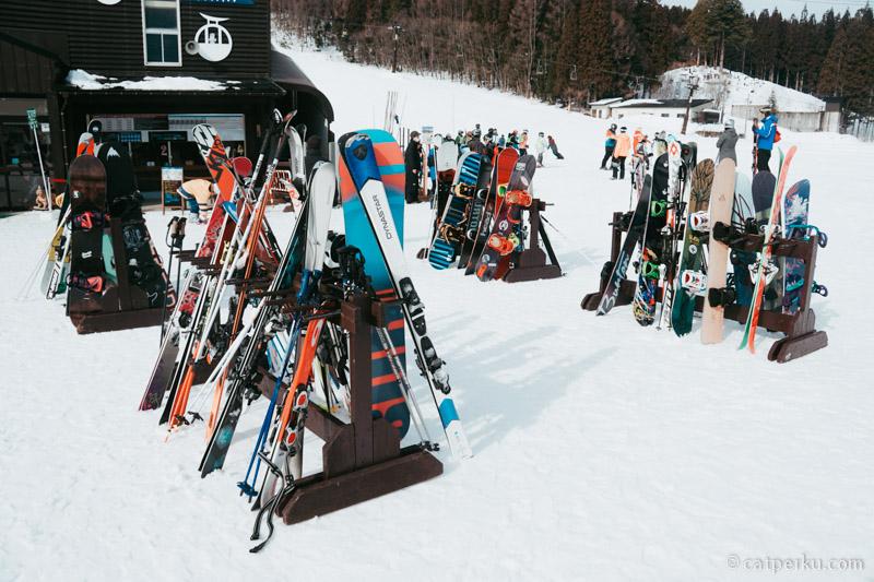 Ngelihat ginian jadi pengen belajar main ski atau Snowboarding deh